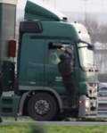 migrant-attaquant-un-camion-au-marteau