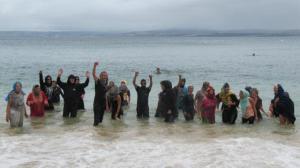 douarnenez-ils-se-baignent-habilles-la-plage-des-dames