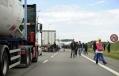 648x415_illustration-migrants-pres-camions-rejoignent-angleterre-calais