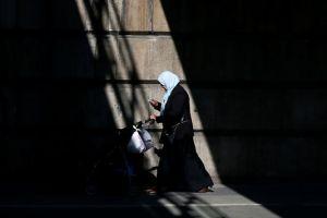 5053201_7_c1e3_une-femme-musulmane-avec-une-poussette-sous-un_a35e1fc6931728905fc47e86f19284d6